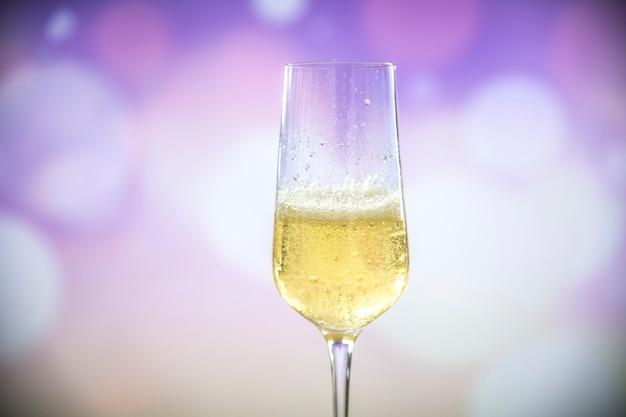 Um copo de vinho espumante Foto gratuita
