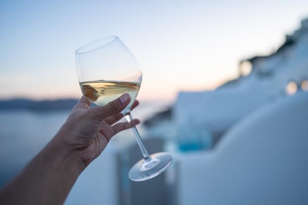 Um copo de vinho na mão. Foto Premium