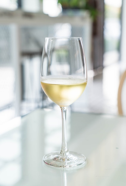 Um copo de vinho que acendeu Foto gratuita