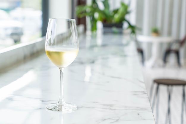 Um copo de vinho Foto gratuita