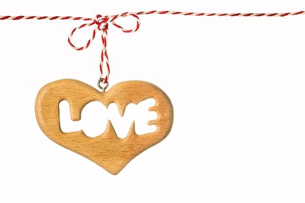 Um coração de madeira isolado no branco Foto Premium