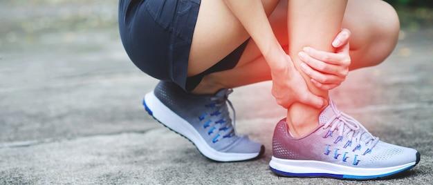 Um corredor teve muita dor na perna no parque. Foto Premium