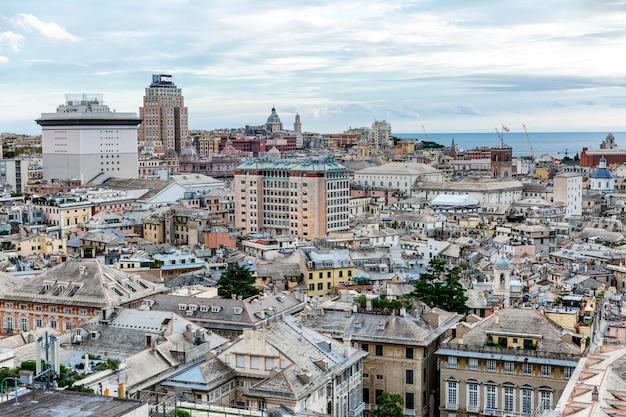 Um deck de observação com belas vistas da magnífica arquitetura da cidade velha. Foto Premium