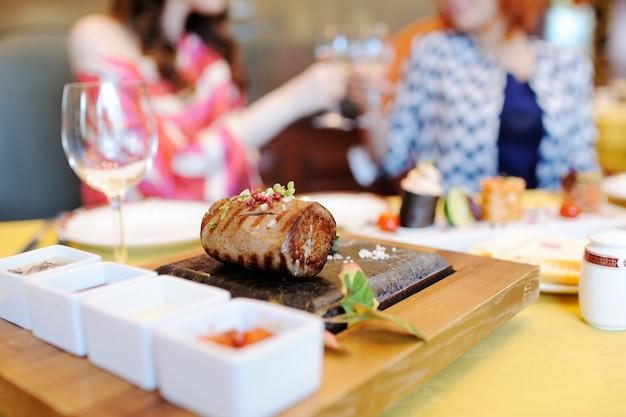 Um delicioso pedaço de carne em um close de pedra Foto Premium