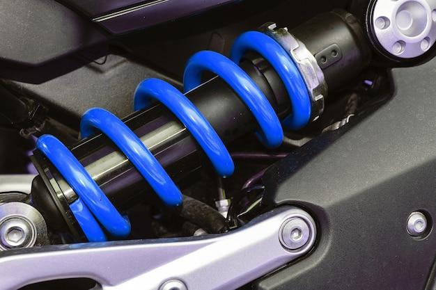 Um dispositivo para absorver choques e vibrações, especialmente em um veículo motorizado. Foto Premium