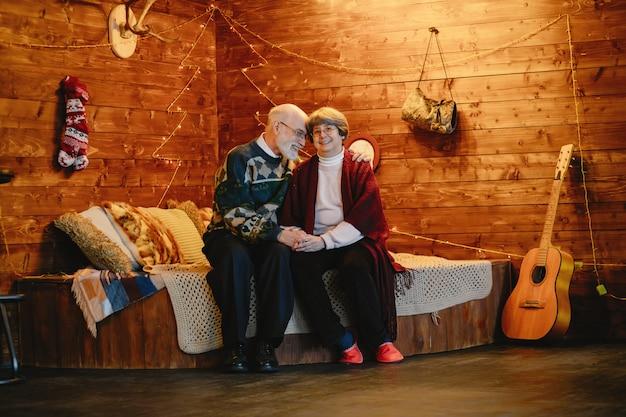 Um, elegante, par velho, é, celebrando, natal Foto gratuita