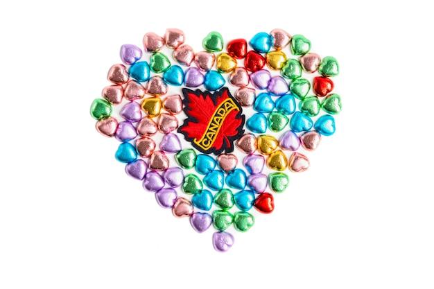 Um emblema do canadá e doces de forma de coração Foto Premium