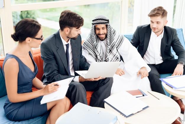 Um empresário árabe está discutindo um negócio. Foto Premium