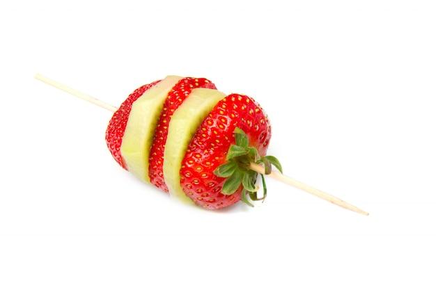 Um espeto com strwberry e kiwi Foto Premium