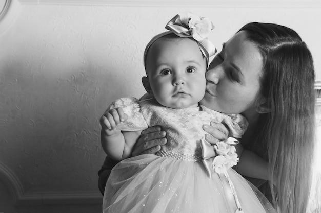 Um estilo de vida saudável, a proteção das crianças, compras - bebê nos braços da mãe. mulher segura, criança Foto Premium