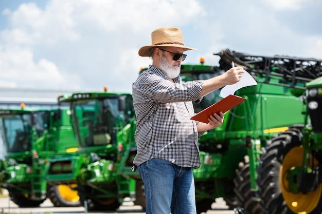 Um fazendeiro com tratores Foto gratuita