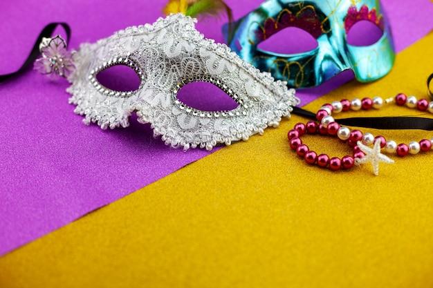 Um festivo, carnaval branco bonito ou máscara de carnaval em papel dourado bonito. Foto Premium