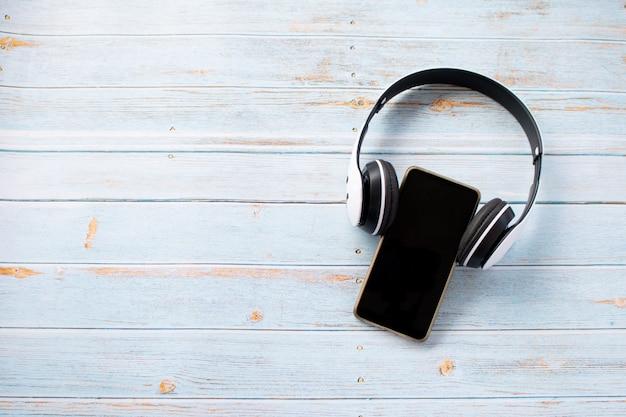 Um fone de ouvido usando no celular, tempo de relaxamento Foto Premium