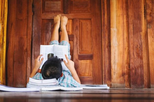 Um garoto dormindo lendo um livro Foto Premium
