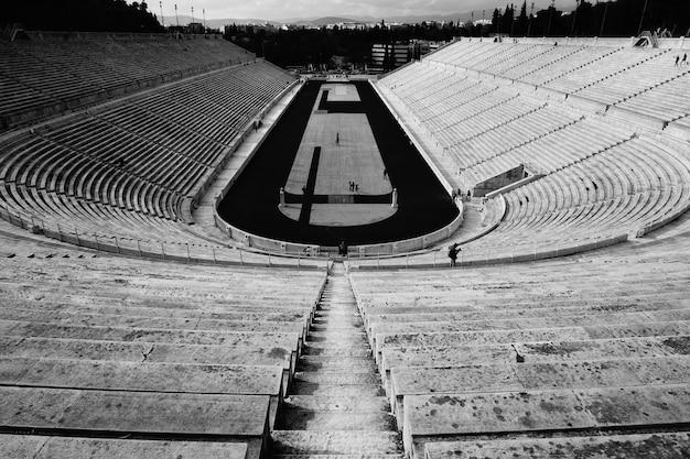 Um grande estádio vazio com o campo Foto gratuita