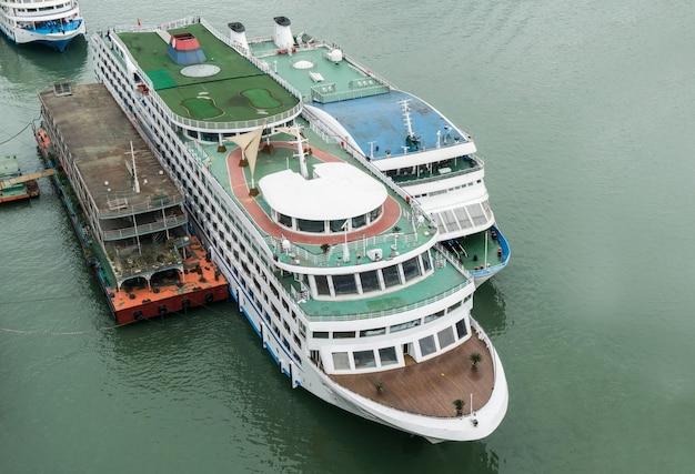 Um grande navio de cruzeiros entrou no rio yangtzé, chongqing, china. Foto Premium