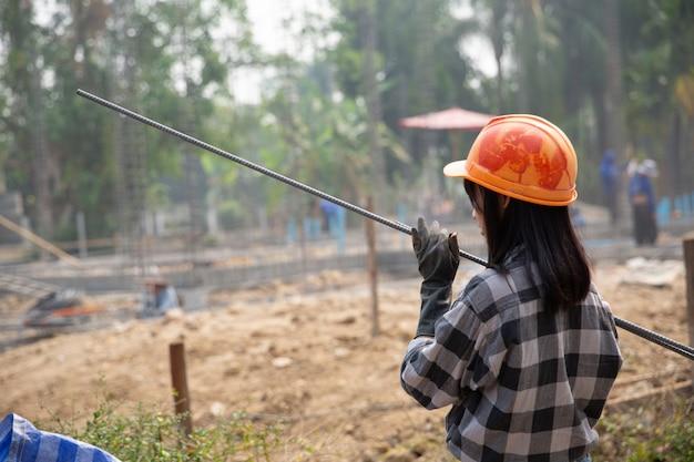 Um, grupo, de, aço, vara, apertado, por, corrente, e, levante, em, local construção Foto gratuita