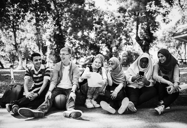 Um grupo de adolescentes diversos Foto gratuita