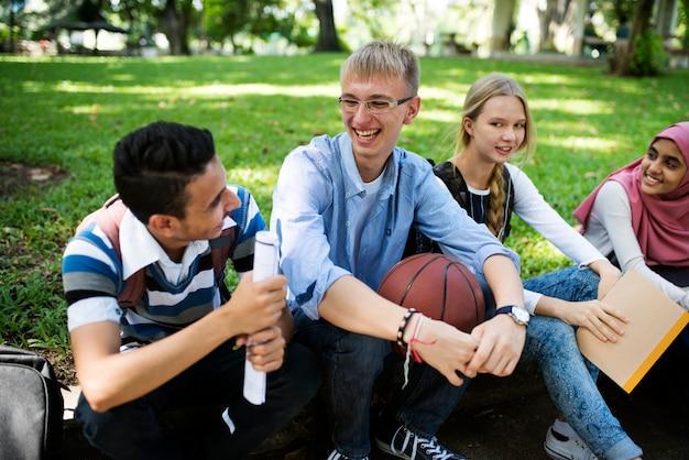 Um grupo de adolescentes diversos Foto Premium
