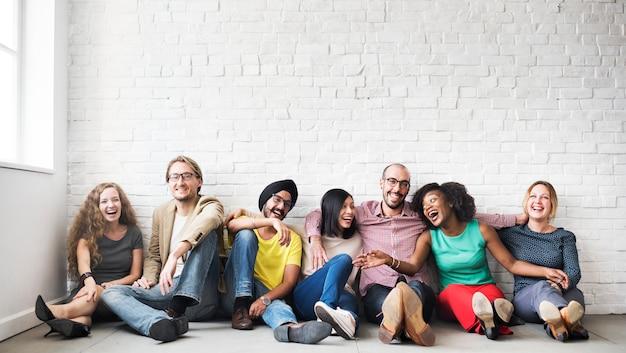 Um grupo de amigos alegres Foto gratuita