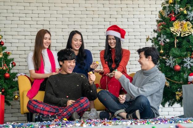 Um grupo de amigos asiáticos rindo na festa de natal, natal Foto Premium