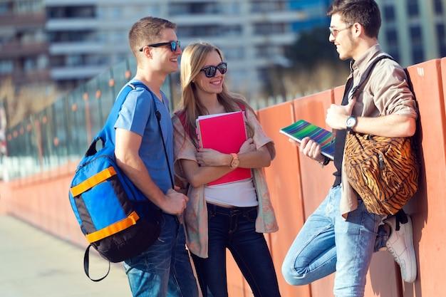 Um grupo de amigos falando na rua depois da aula Foto gratuita