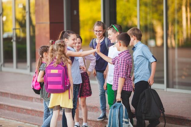 Um grupo de crianças vai para a faculdade. Foto Premium