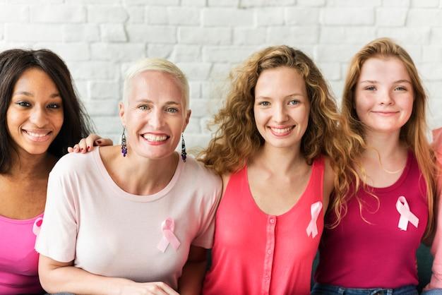 Um grupo de diversas mulheres com fita rosa para conscientização do câncer de mama Foto Premium