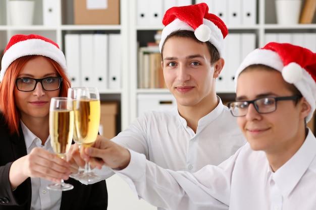 Um grupo de empresários comemorando o natal Foto Premium
