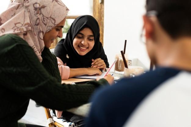 Um grupo de estudantes muçulmanos Foto Premium