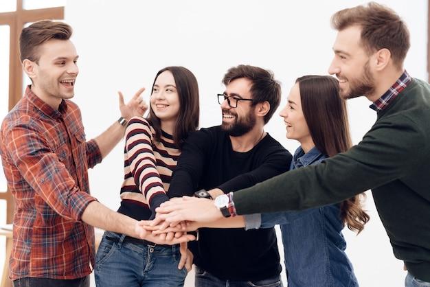 Um grupo de jovens trabalhadores de escritório comemorando. Foto Premium