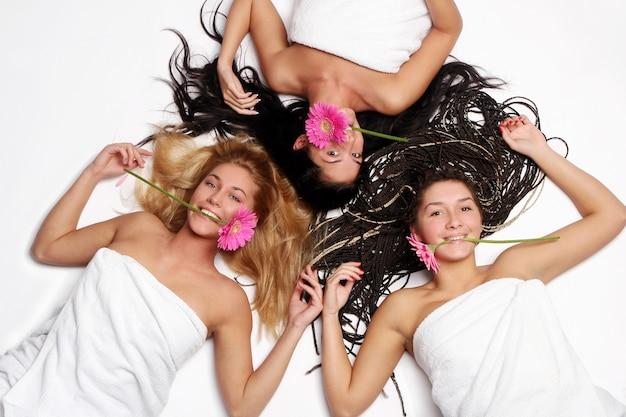 Um grupo de linda mulher com flor Foto gratuita