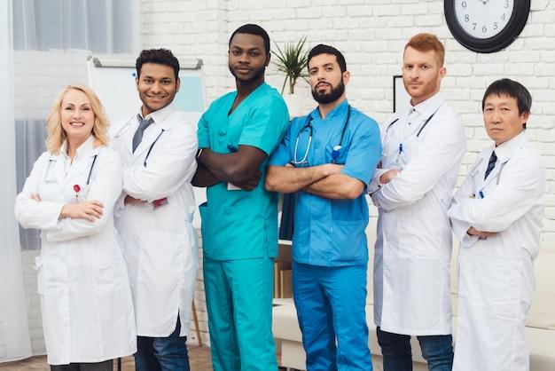 Um grupo de médicos está posando para a câmera. Foto Premium