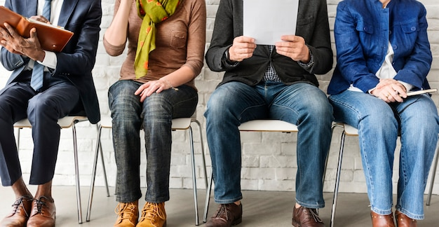 Um grupo de pessoas está à espera de uma entrevista de emprego Foto Premium