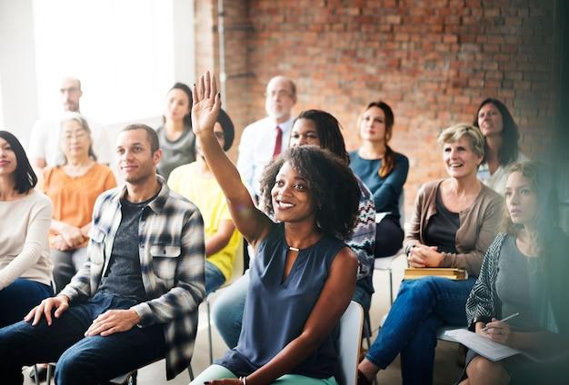 Um grupo de público diversificado em uma reunião Foto Premium