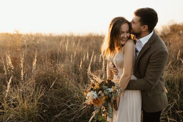 Um homem beija sua esposa. ela ri. Foto gratuita
