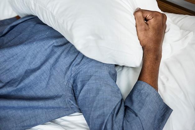 Um homem com problema de sono Foto gratuita
