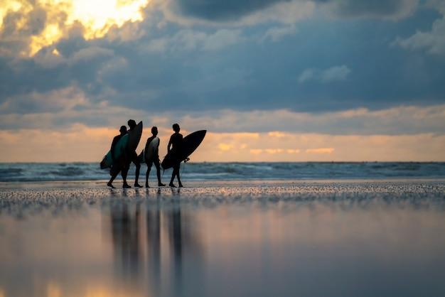 Um, homem, com, um, surfar, em, seu, mãos, ligado, a, costa mar Foto Premium