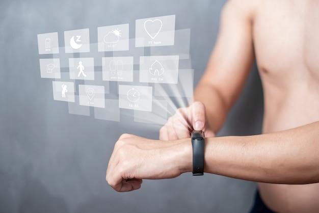 Um homem do esporte está usando banda inteligente com dispositivo de tela virtual Foto Premium