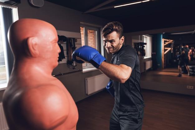 Um homem é boxe no ginásio ele leva o estilo de vida saudável Foto Premium