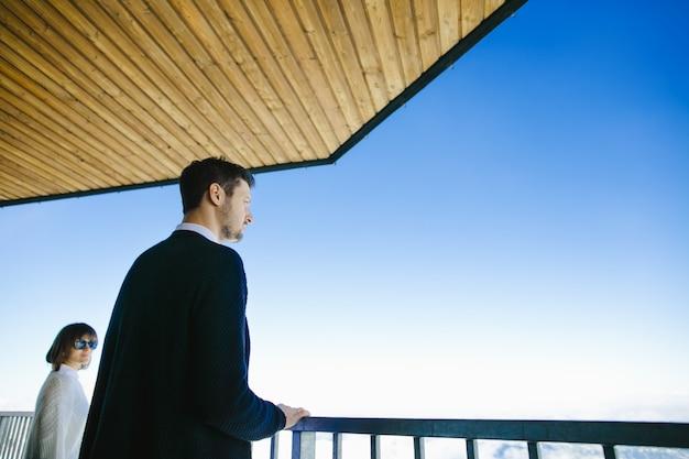 Um homem e sua esposa estão olhando belas paisagens e para o céu Foto gratuita