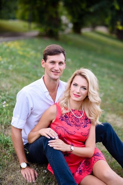 Um homem e uma mulher apaixonada andar no parque e abraço. Foto Premium