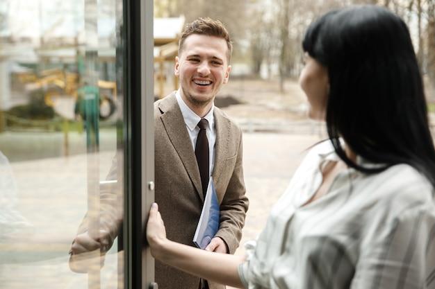 Um homem e uma mulher estão sorrindo um para o outro Foto Premium