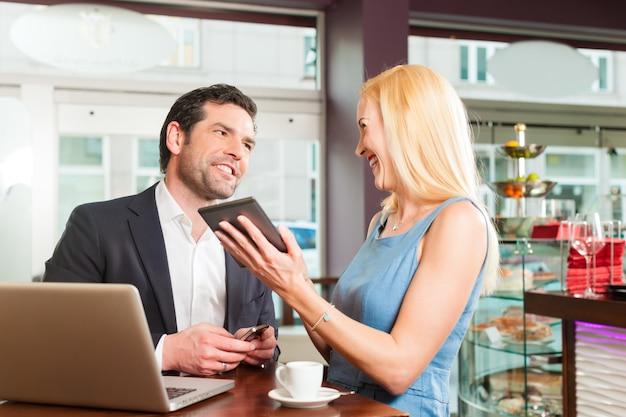 Um homem e uma mulher sentada no café Foto Premium