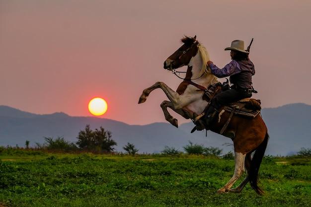 Um, homem, em, um, boiadeiro, equipamento, com, seu, cavalo Foto Premium