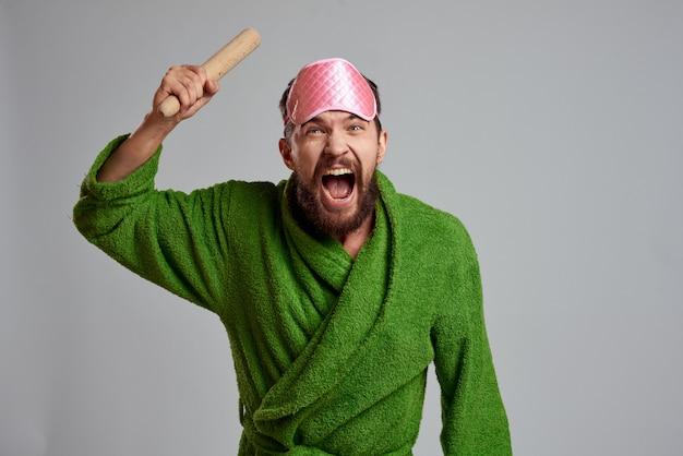 Um homem em um roupão de banho em casa, vida doméstica em auto-isolamento e quarentena Foto Premium