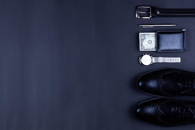 Um homem está segurando uma carteira aberta com dinheiro nas mãos. mãos tiram notas de sua carteira. o conceito de rejeição do papel-moeda, inflação, crise financeira. Foto Premium