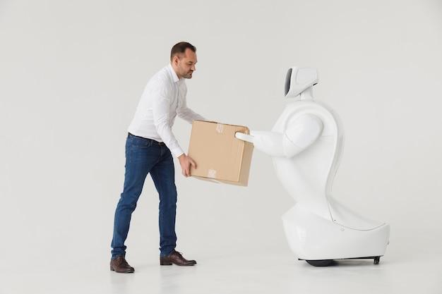 Um homem estiloso se comunica com um robô. Foto Premium