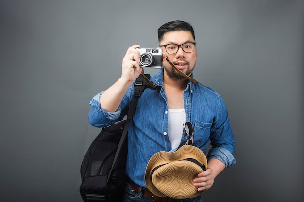Um homem maduro leva sua mochila e equipamento para viajar. Foto Premium