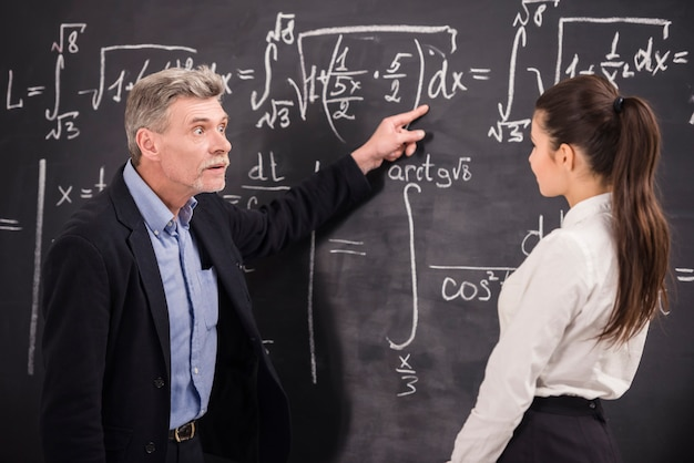 Um homem mostra aos alunos como estar certo. Foto Premium